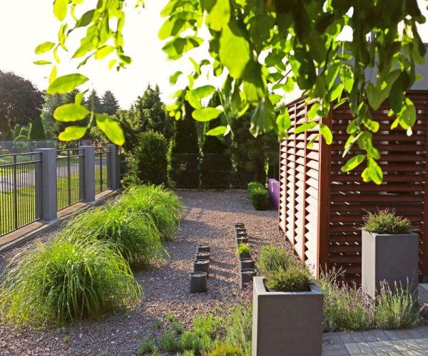 Ogród frontowy i minimalistyczne nasadzenia traw ozdobnych