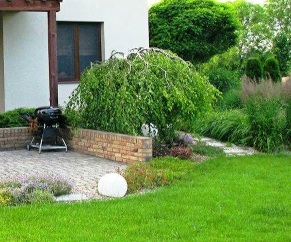 Nasadzenia traw ozdobnych i obszerny taras wypoczynkowy